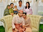 Popular hosts Khairudin Saharom and Hazlina Halim also did not want to miss out on having their photo taken with the bride and groom...