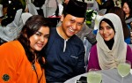 Sitting on the same table as the previous photograph were also fellow Mediacorp Suria staff (from left) - Raudaa Razak, Wan Mohd Haiz and Norhayati...