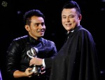 Judika receiving his Best Male Artiste award from Dato' Aznil...