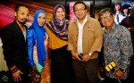From left: Jeffrey Zauhari, Malay language ambassador, Cikgu Asnida Daud, Berita Harian's entertainment correspondent, Madam Hanim Mohd Saleh, her husband, Mr. Azrin Rahim and Abdul Rashid Mustajab who had a cameo role in the movie...